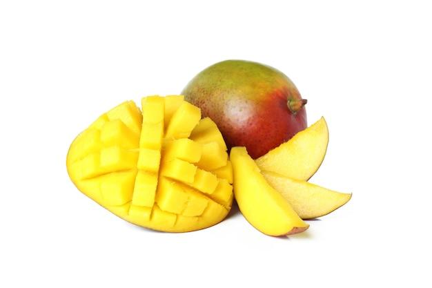 Dojrzałe owoce mango na białym tle