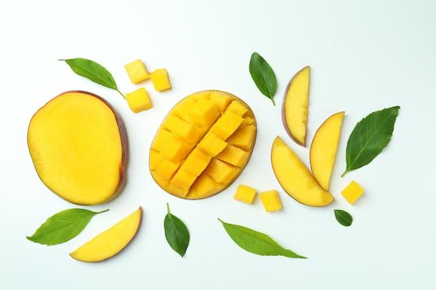 Dojrzałe owoce mango na białym, widok z góry