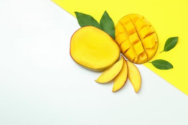 Dojrzałe owoce mango na dwukolorowej powierzchni