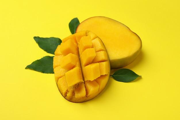 Dojrzałe owoce mango na żółtej powierzchni, z bliska