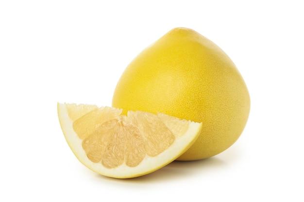 Dojrzałe owoce pomelo na białym tle