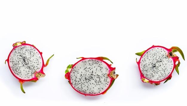 Dojrzałe owoce smoka lub pitahaya na białym tle