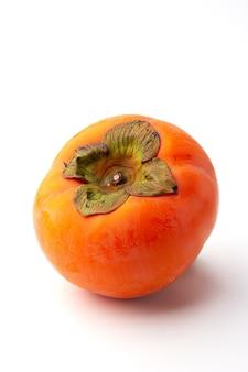 Dojrzałe persimmon na białym tle