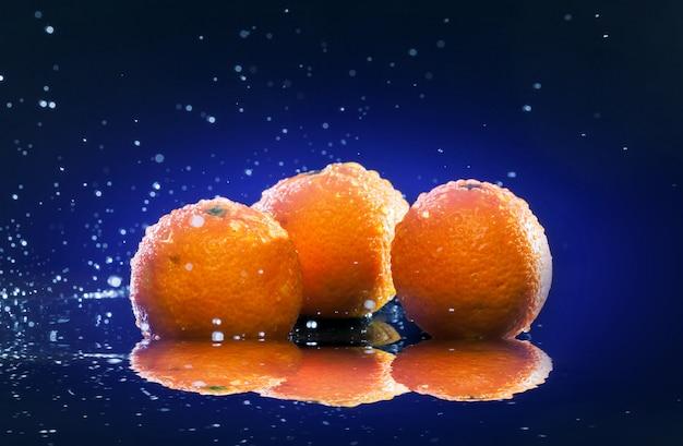 Dojrzałe pomarańcze na lustrze