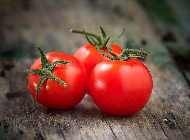 Dojrzałe pomidory czereśniowe na drewnianym stole