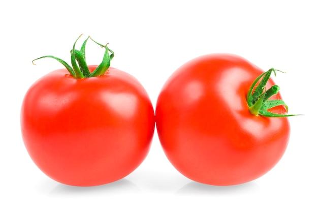 Dojrzałe pomidory na białym tle