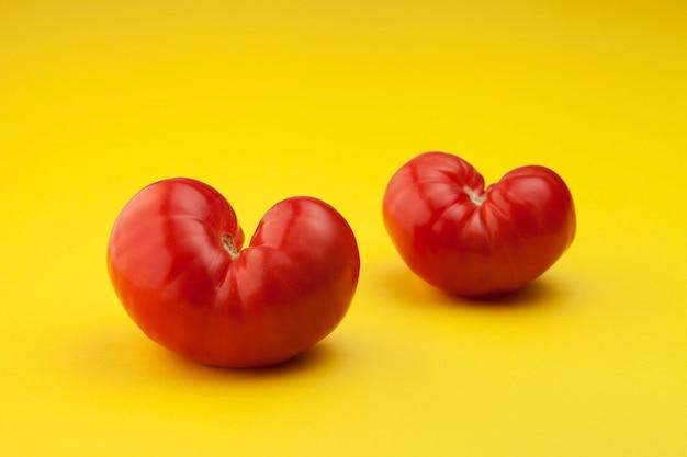 Dojrzałe pomidory. pojęcie. para brzydkich warzyw
