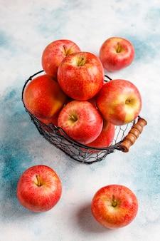 Dojrzałe pyszne organiczne czerwone jabłka