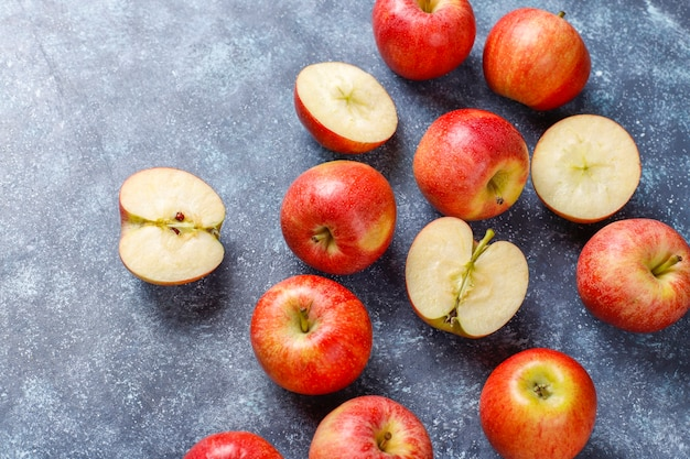 Dojrzałe pyszne organiczne czerwone jabłka.