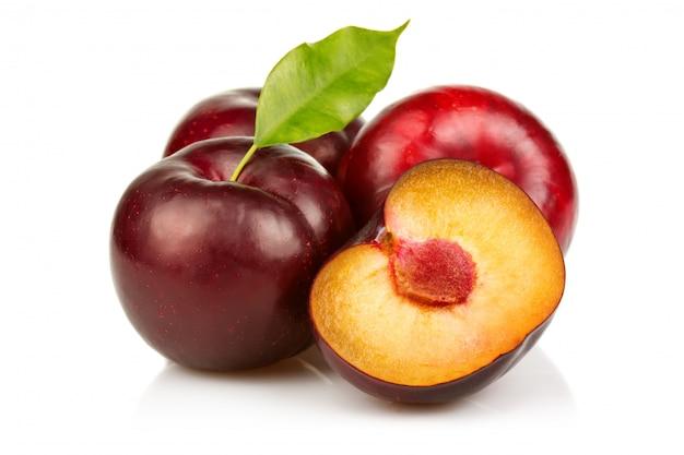 Dojrzałe śliwki owocowe z plasterkami odizolowywającymi
