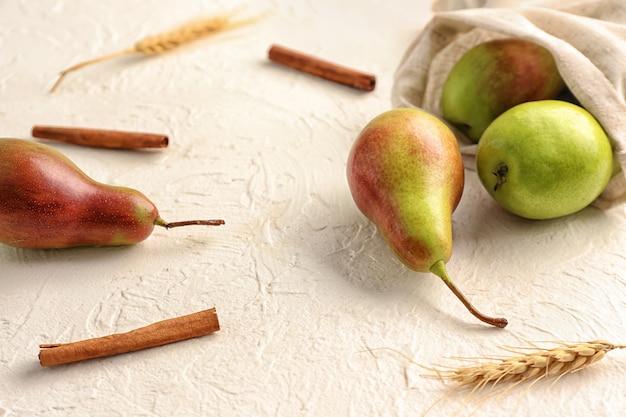 Dojrzałe słodkie gruszki na białym stole