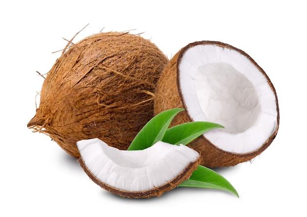 Dojrzałe słodkie połówki kokosa i kokosa na białym tle