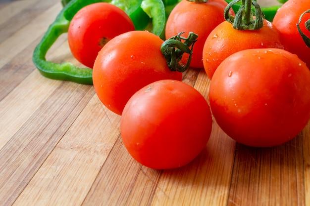 Dojrzałe, słoneczne pomidorki koktajlowe i zielona papryka, wegetariańskie zdrowe śniadanie