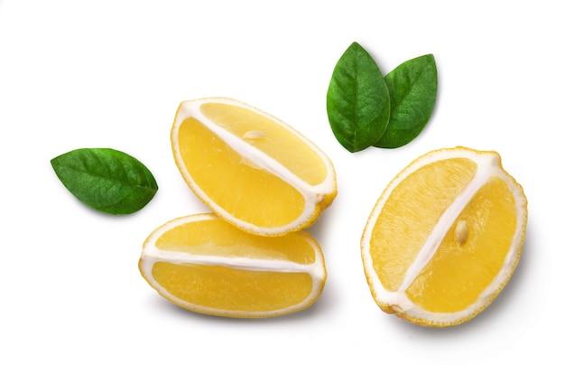 Dojrzałe soczyste cytryny i okrągłe plasterki cytryny na białym tle