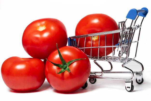Dojrzałe soczyste czerwone pomidory z wózkiem spożywczym jesienne zbiory warzyw