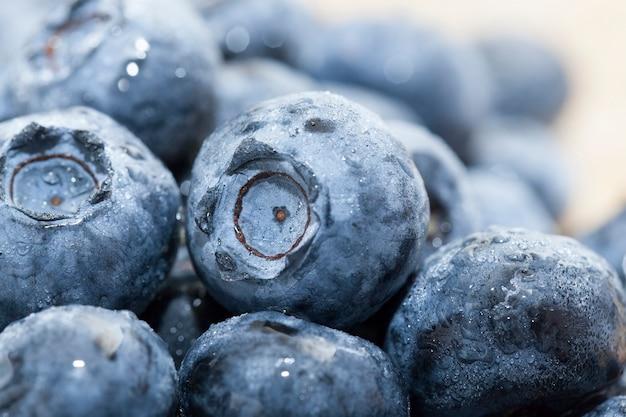 Dojrzałe, soczyste i smaczne jagody w dużych ilościach na drewnianym stole