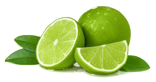 Dojrzałe soczyste limonki i plastry na białym tle