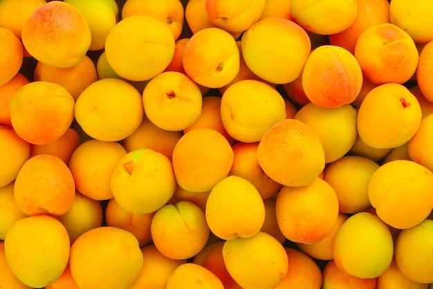Dojrzałe soczyste morele pomarańczowe tło owoców.