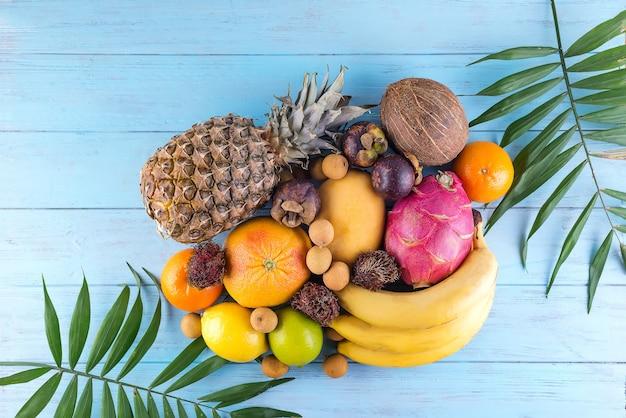 Dojrzałe soczyste tropikalne lato sezonowe owoce mango ananas kokosowe banany cytrusowe pitaya