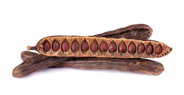 Dojrzałe strąki chleba świętojańskiego bliska na białym tle