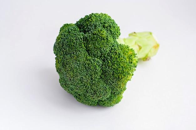 Dojrzałe surowe brokuły, na białym tle