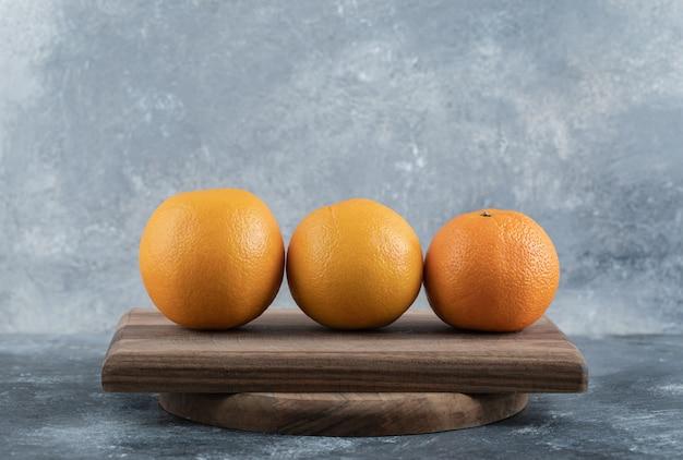 Dojrzałe świeże pomarańcze na desce.