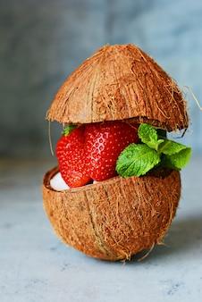 Dojrzałe świeże truskawki w pół kokosa