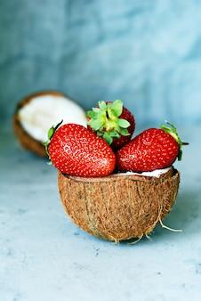 Dojrzałe świeże truskawki w pół kokosie