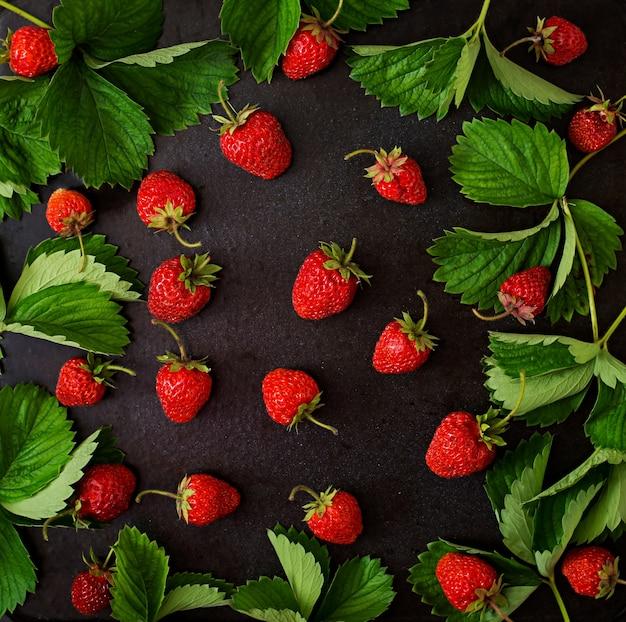 Dojrzałe truskawki i liście. widok z góry