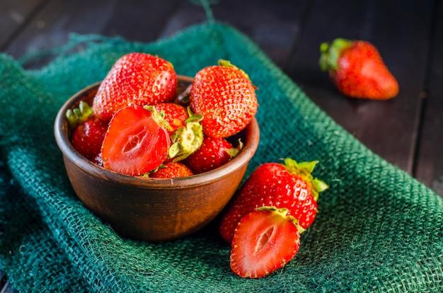 Dojrzałe truskawki w misce na stole z bliska