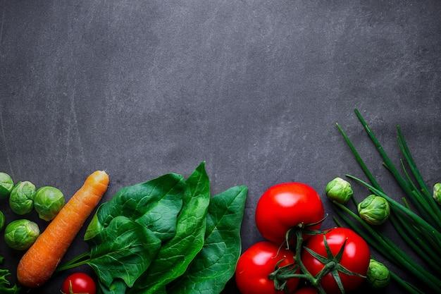 Dojrzałe warzywa do gotowania świeżych zdrowych potraw. czyste, zrównoważone jedzenie i zdrowy styl życia. pojęcie diety i odżywiania. skopiuj miejsce