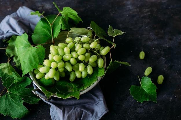 Dojrzałe winogrona na ciemnym tle