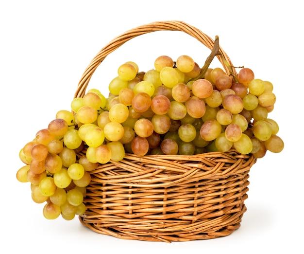 Dojrzałe winogrona w makro koszu na białym tle. odosobniony