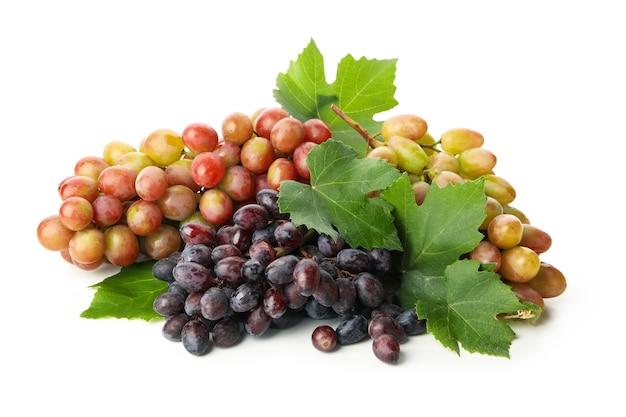 Dojrzałe winogrono z liśćmi na białym tle