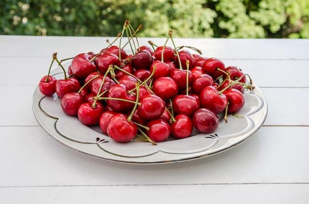 Dojrzałe wiśnie w talerzu