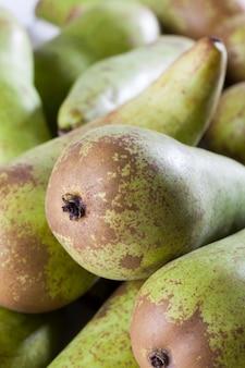 Dojrzałe zielone gruszki po zbiorach, pęczek pysznych zielonych gruszek na kuchennym stole
