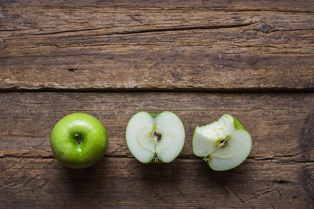 Dojrzałe zielone jabłka na drewniane tła