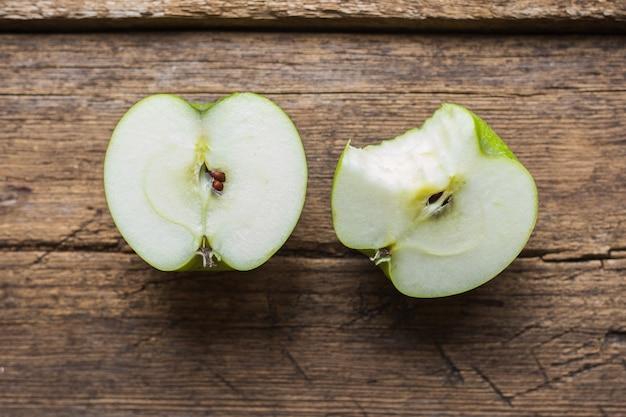Dojrzałe zielone jabłka na drewnianym stole