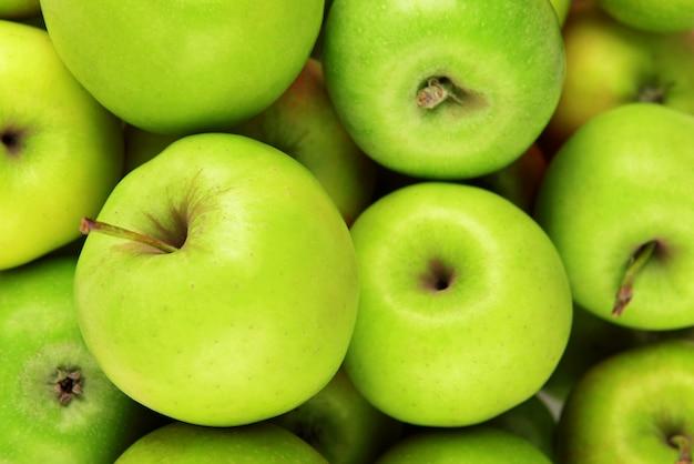 Dojrzałe zielone jabłka z bliska