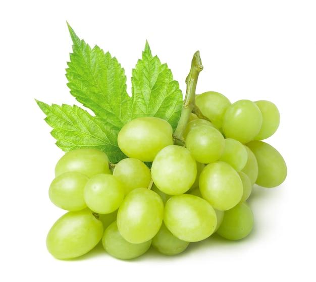 Dojrzałe zielone winogrona w kroplach wody na białym tle