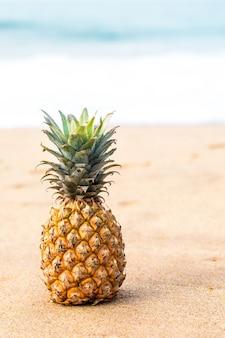 Dojrzały ananas blisko oceanu