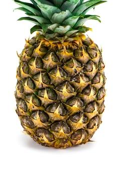 Dojrzały ananas cały na białym tle.