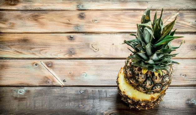 Dojrzały ananas w plasterkach. na drewnianym stole