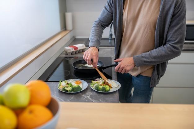 Dojrzały bered mężczyzna gotuje w kuchni