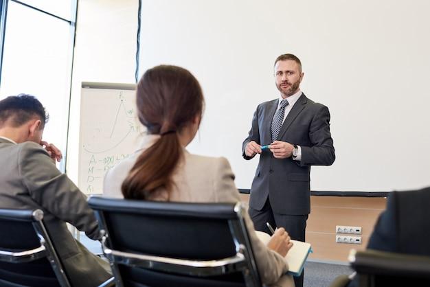 Dojrzały biznesmen daje prezentaci