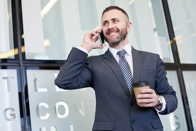 Dojrzały biznesmen mówiąc przez telefon