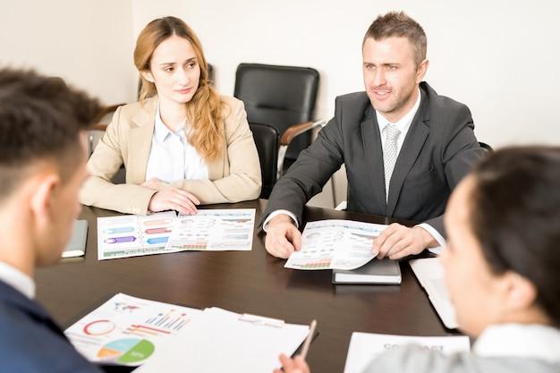 Dojrzały biznesmen mówiąc w spotkaniu