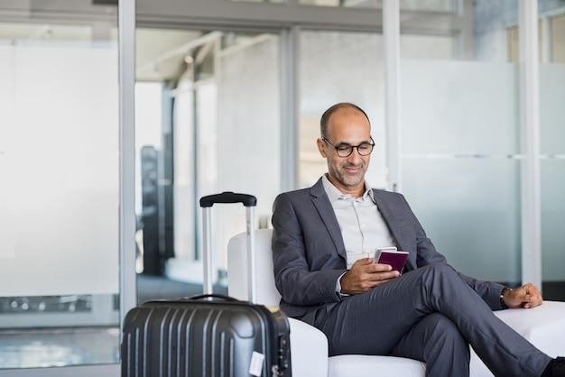 Dojrzały biznesmen na lotnisku