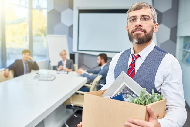 Dojrzały biznesmen opuszcza swoją pracę
