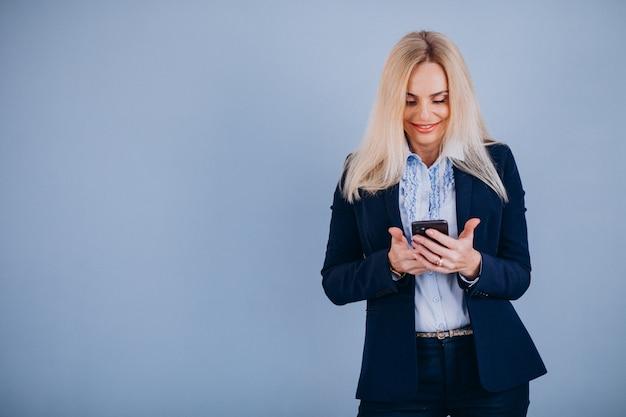 Dojrzały bizneswoman odizolowywający używać telefon